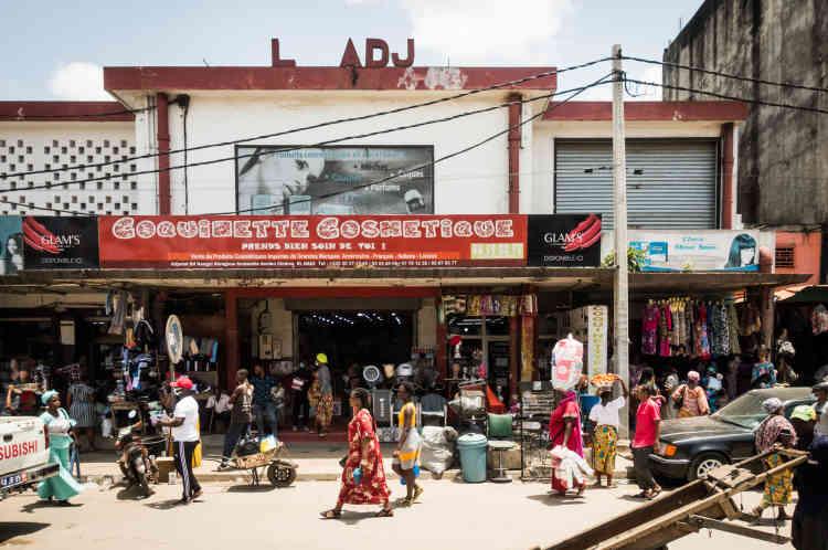 La devanture de l'ancien cinéma El Hadj, situé dans le quartier Rouge de la commune d'Adjamé, à Abidjan, en mai 2021. Un espace transformé en boutique de cosmétiques.