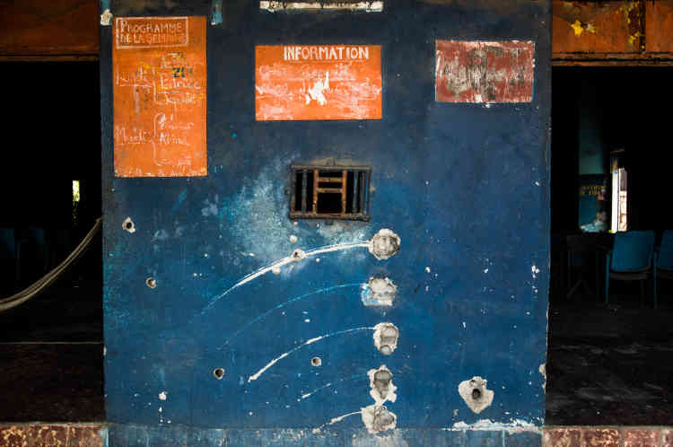 Des traces de tirs à balles réelles sont encore visibles sur la façade de la réception du cinéma Le Dialogue, dans la commune de Yopougon, à Abidjan, en mai 2021. Après avoir été fermée au moment de la crise ivoirienne de 2010-2011,la salle a été rouverte jusqu'en 2016.