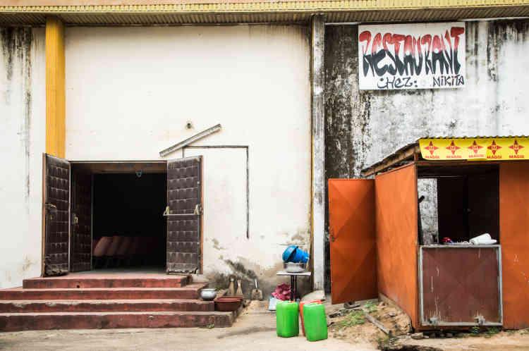 L'entrée de l'ancien cinéma Le Capitole et son restaurant Chez Nikita, à Bouaké, en mai 2021.