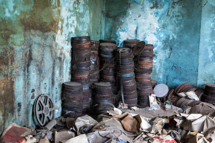 Des bobines des films laissées à l'abandon dans le cinéma Le Dialogue, situé dans la commune de Yopougon, à Abidjan, en mai 2021.