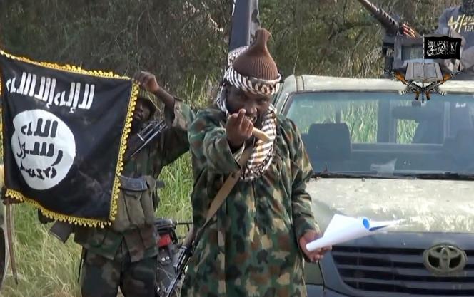 Cette capture d'écran réalisée le 2 octobre 2014, à partir d'une vidéo publiée par le groupe extrémiste islamiste nigérian Boko Haram, et obtenue par l'AFP, montre Abubakar Shekau, son chef, dans un lieu non divulgué au Nigeria.