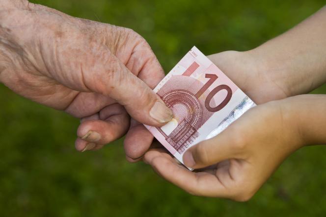 Un dispositif temporaire permet de donner une somme d'argent pouvant atteindre 100000 euros à un proche en franchise de droits de mutation sous certaines conditions.