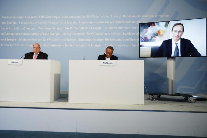 Le ministre allemand de l'économie, Peter Altmaier (à gauche), et le secrétaire d'Etat au ministère de l'économie, Ulrich Nussbaum (à droite), assistent à une conférence de presse avec le patron de CureVac, Franz-Werner Haas sur l'écran), au ministère de l'économie à Berlin, le 15 juin 2020.