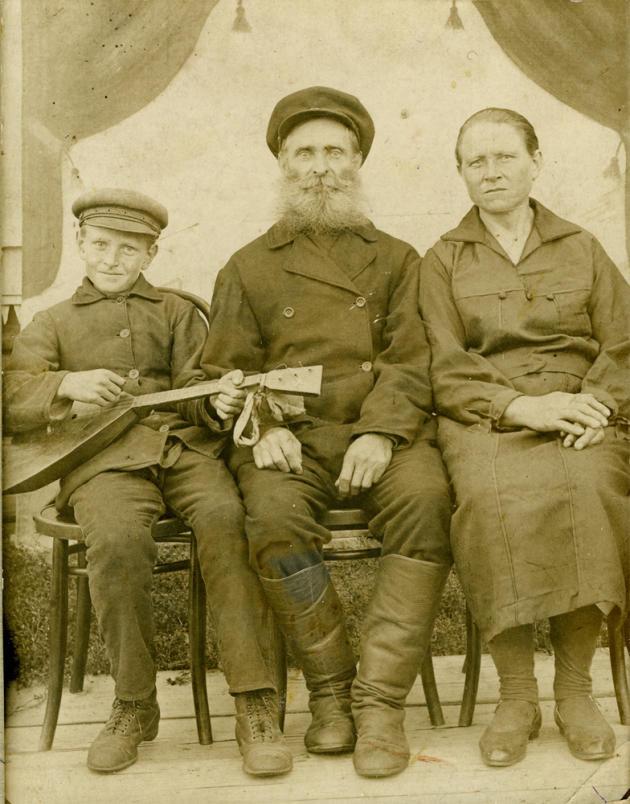 Stepan Karagodine, exécuté par le NKVD à Tomsk (Sibérie) en 1938, puis réhabilité, entouré de son fils et de son épouse, dans les années 1930. Son petit-fils, Denis Karagodine, enquête sur sa disparition depuis 2011.