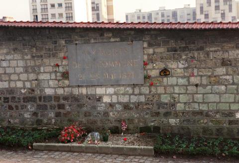 Des fleurs ont été déposées devant le Mur des fédérés dans le cimetière du Père Lachaise à Paris, le 30 mars 1989 pour rendre hommage aux insurgés éxécutés lors de l'écrasement de la Commune de Paris entre les 21 et 28 mai 1871. (Photo by AFP)