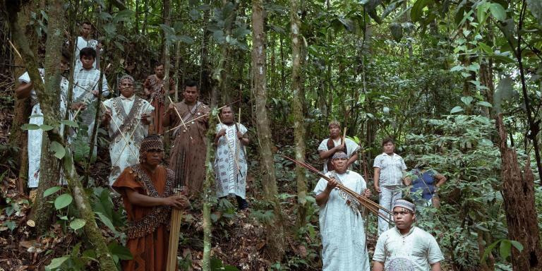 8 mai 2021, Communauté de Yamino, région d'Ucayali, Pérou Les leaders indigènes des ethnies Ashaninka, Cacataibo et Shipibo-Konibo de l'Amazonie se réunissent dans la forêt de la communauté Yamino, armés de lances et de flèches, pour annoncer à haute voix la prise d'armes en légitime défense contre les trafiquants de drogue qui ont envahi leurs territoires pour des affaires clandestines et ont tué 9 défenseurs du territoire.