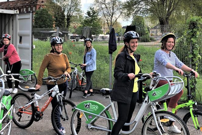Des femmes réfugiées ou demandeuses d'asile apprennent à faire du vélo dans le parc du Heyritz, à Strasbourg.