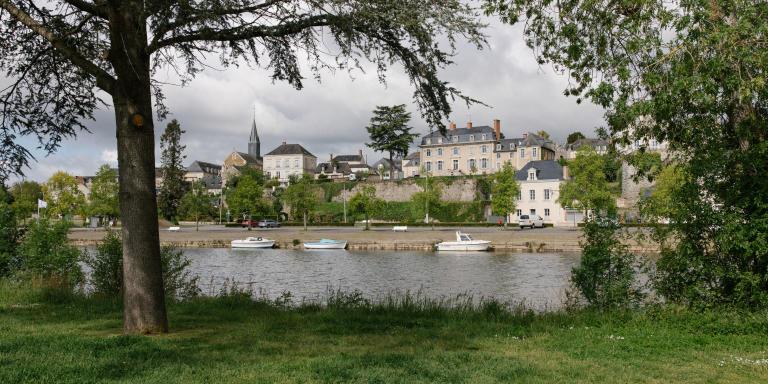 Chateau-Gontier, Mayenne, le 17 mai 2021. Vue de la ville. La Mayenne traverse la ville.