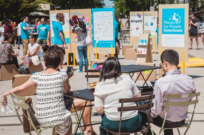 Séance d'échanges avec les habitants sur la Jim Deva Plaza, à Vancouver, dans le cadre de «Places for People».