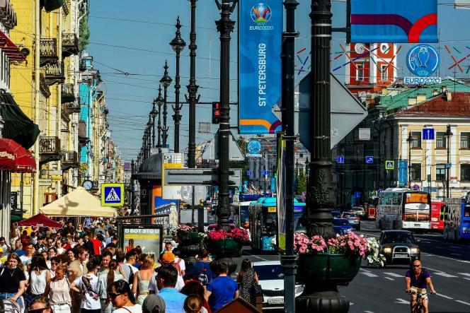 Dans les rues de Saint-Pétersbourg, en Russie, le 6 juin2021, à cinq jours du début de l'Euro 2020.