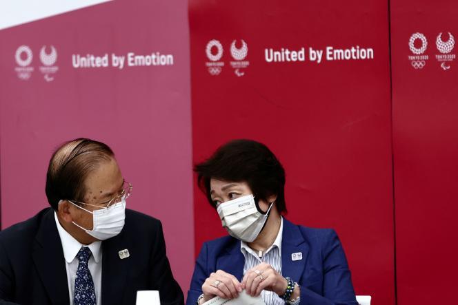 Le directeur général des Jeux olympiques de Tokyo2020, Toshiro Muto (à gauche), et la présidentedu comité d'organisation, Seiko Hashimoto (à droite), le 8juin 2021, à Tokyo.