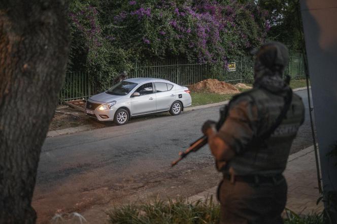 Un agent de l'entreprise de sécuritéCortac surveille une rue à Johannesburg, le 17février 2021.
