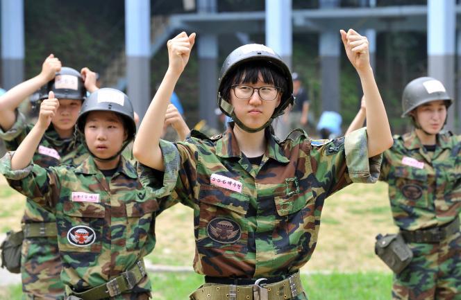 در حین آموزش نظامی برای داوطلبان غیرنظامی در آگوست 2010 در بوچون ، غرب سئول.