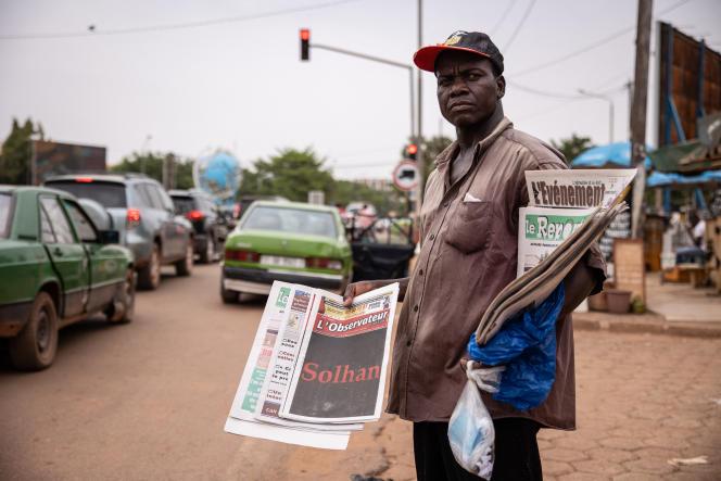 Un vendeur de journaux à Ouagadougou, le 7 juin 2021.
