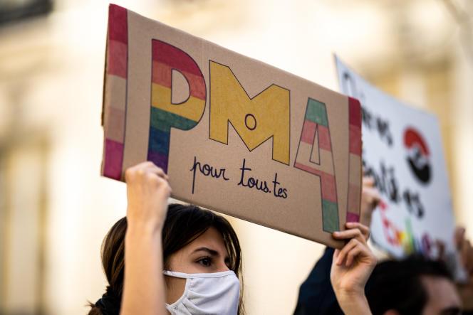 Manifestation pour la PMA pour toutes les femmes devant l'Assemblée nationale, à Paris, le 21 février.