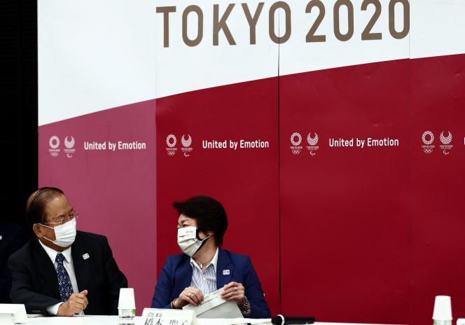 Le directeur général des Jeux olympiques de Tokyo 2020, Toshiro Muto (à gauche), et la présidentedu comité d'organisation, Seiko Hashimoto (à droite), le 8 juin 2021, à Tokyo.