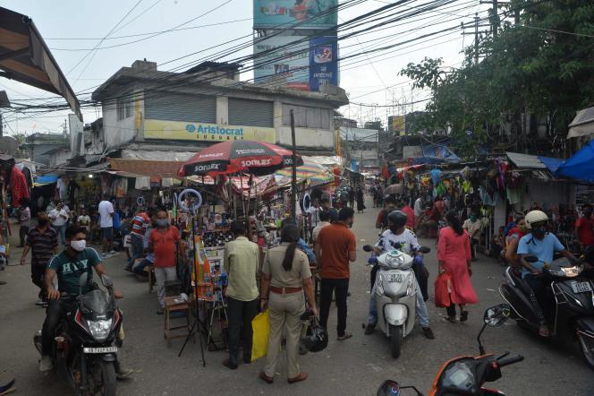 Les gens se pressent dans une zone de marché pendant les heures d'ouverture restreintes imposées par le gouvernement du Bengale-Occidental (Inde), à Siliguri, le 3 juin 2021.