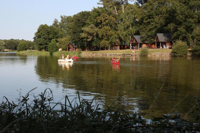 Paddle, pédalo et barque permettent aux enfants de découvrir le lac de Rillé (Indre-et-Loire).