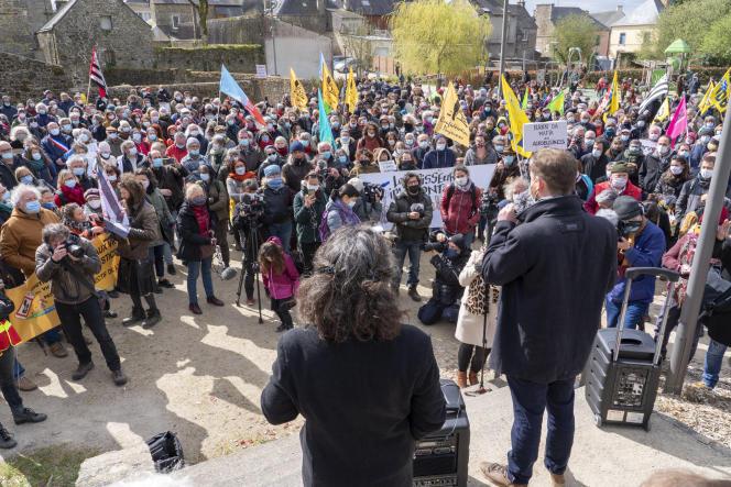 Rassemblement de soutien à la journaliste Morgan Large (au centre, de dos), victime d'actes de sabotage, à Rostrenen (Côtes-d'Armor), le 6 avril 2021.