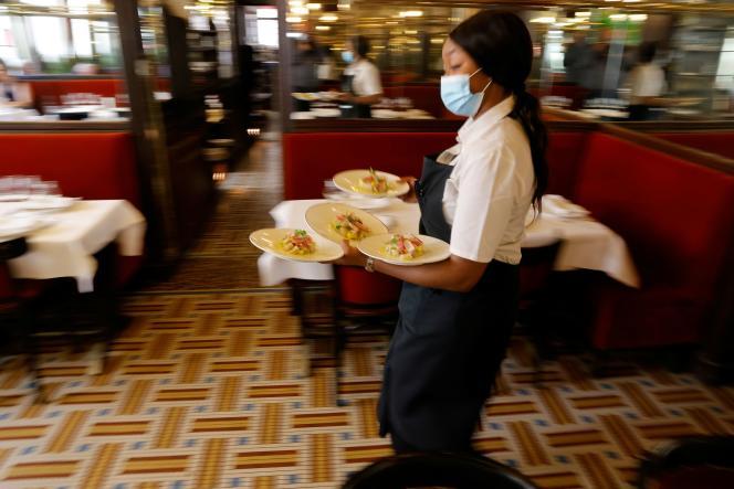 Une serveuse dans un restaurant parisien, en juin 2021.