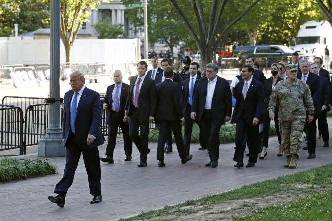 Donald Trump, alors président des Etats-Unis, se rend à pied à l'église St. John, en face de la Maison Blanche, à Washington,le 1er juin 2020.