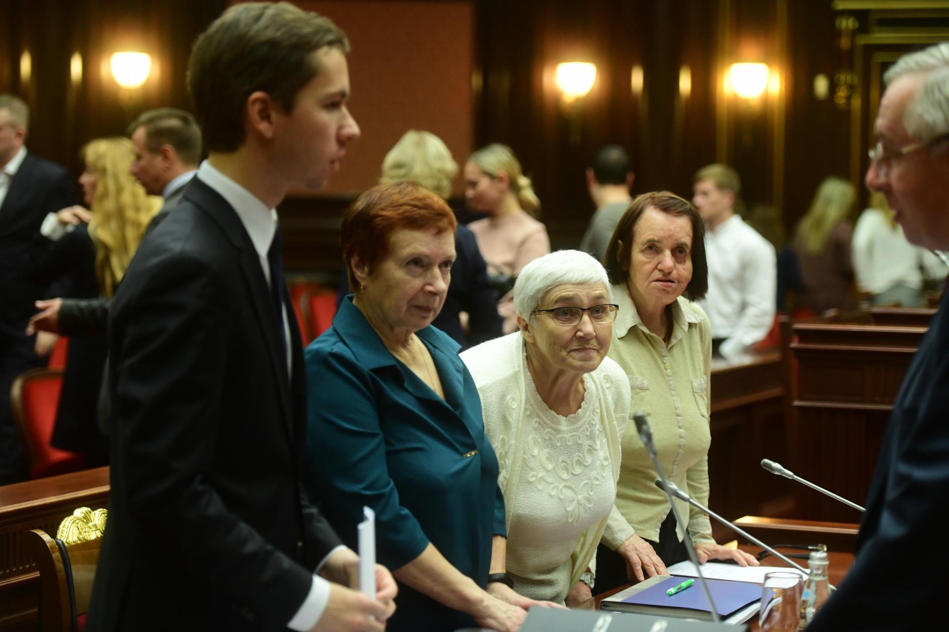 Grigori Vaïpan, Alisa Meissner, Evguenia Chacheva et Elizaveta Mikhailova devant la Cour constitutionnelle de Russie aux côtés d'autres descendants de survivants du Goulag, à Saint-Pétersbourg (Russie), en octobre 2019.
