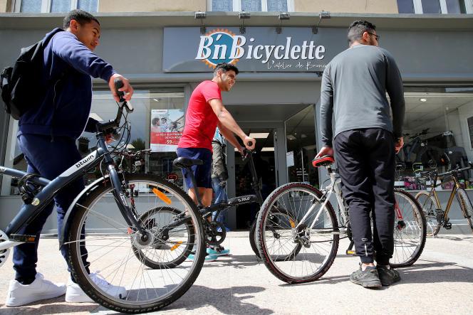 Des clients patientent devant un magasin de vélos, à Crépy-en-Valois (Oise), en mai 2020.