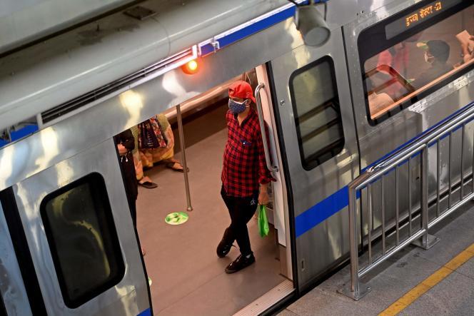 Dans une station de métro après que les services ont été autorisés à fonctionner à 50 % de leur capacité à New Delhi le 7 juin 2021.