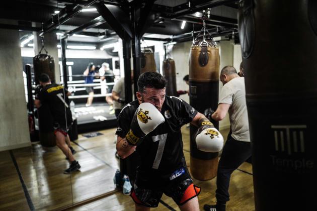 Aurélien Bessatili, 41 ans, reprend l'entraînement au clubde boxe le Temple Noble Art à Paris le 9 juin.