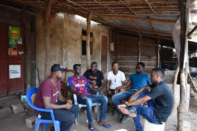 Faute d'emploi, des jeunes diplômés passent leur journée à discuter devant la boutique de photocopie et de paiement mobile de Souleymane Diallo, à Kédougou.