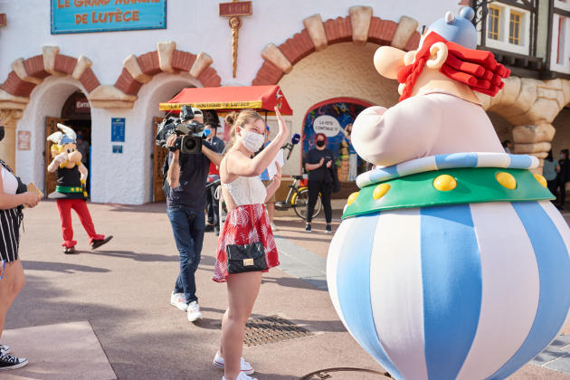 The first visitors arrive at Parc Astérix on June 9, 2021, the day it reopens.  Because of the sanitary measures, Obelix cannot answer the