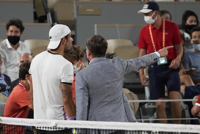 En plein match, Matteo Berrettini et Novak Djokovic ont été invités à regagner les vestiaires, pour laisser le stade être évacué.