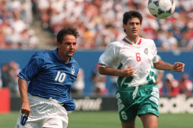 L'attaquant Roberto Baggio (à gauche) lors de lademi-finale de la Coupe du monde 1994 qui oppose l'Italie à la Bulgarie (2-1),à New-York, le 13 juillet 1994. Grâce à ses deux buts, il qualifie la Squadra azzura en finale.