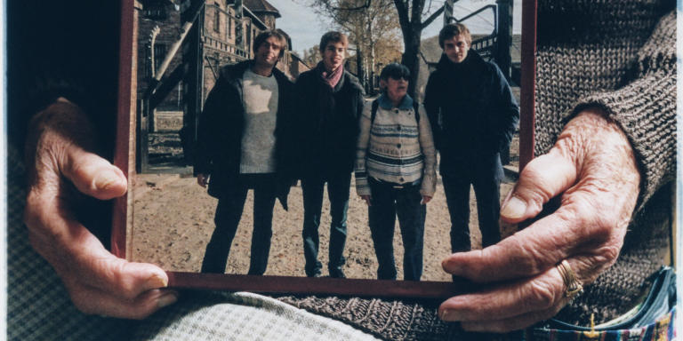 samedi' 15 mai 2021 Ginette Kolinka dans son apartement du 11eme à Paris. ICI photo de famille faite en Nov 2013 à Auschwitz avec (de G a D) Richard, Mathis , Ginette et Roman (le fils de Richard et Marie Trintignant.)