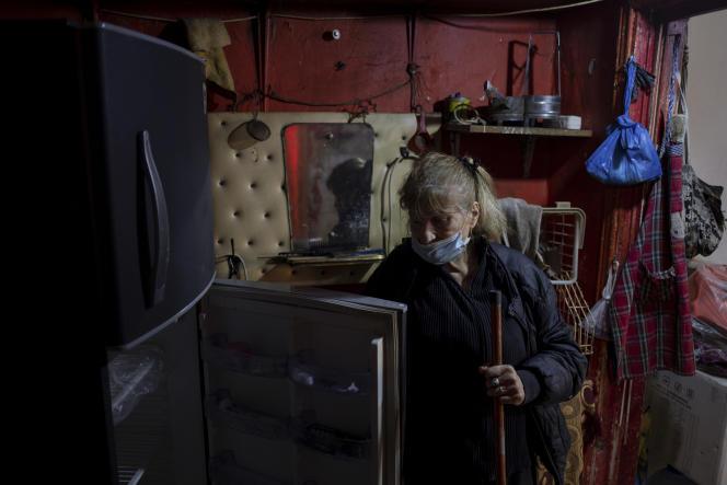 Elham Lakis, chez elle, à Nabaa. Cette diseuse de bonne aventure ne reçoit plus personne depuis la crise.