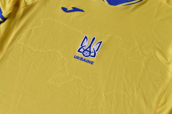 Le maillot de l'Ukraine, dévoilé dimanche 6 juin, représente la Crimée et des slogans nationalistes, ce qui a déclenché la colère de la Russie auprès de l'UEFA.