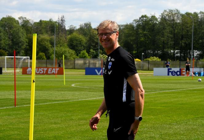 L'entraîneur de la Finlande, Markku Kanerva, durant une séance d'entraînement de son équipe à Zelenogorsk, près de Saint-Pétersbourg, le 10 juin 2021, deux jours avant son premier match à l'Euro 2021.