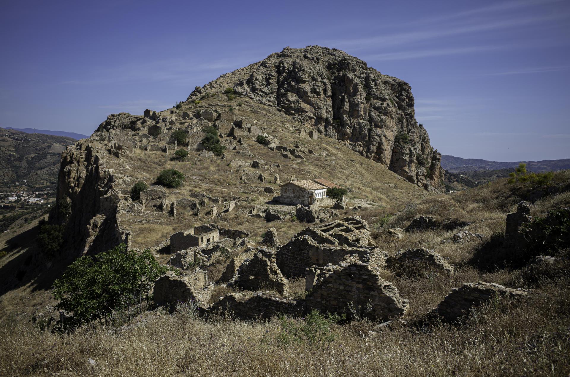 Village abondonné, Eldjabia Nath Khiar, commune de Béni Maouche, Béjaïa, Algérie, le 10 juin 2021