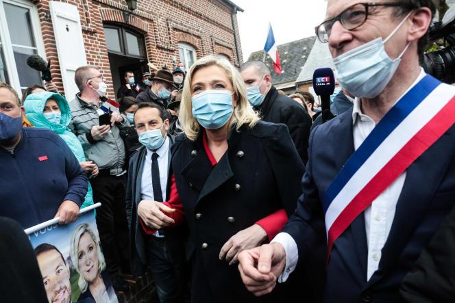 Marine Le Pen, en déplacement à Berlancourt (Aisne) pour soutenir Sébastien Chenu, tête de liste du Rassemblement national dans les Hauts de France, et Philippe Torre, tête de liste RN aux départementales dans l'Aisne, le 15 mai.