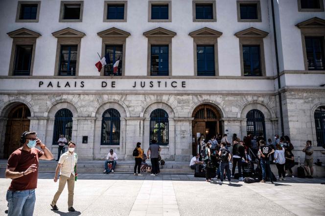 Le parquet a requis, jeudi 10 juin, à Valence une peine de dix-huit mois de prison contre Damien T., qui a reconnu à l'audience avoir, deux jours plus tôt, giflé le président Emmanuel Macron lors d'un déplacement dans la Drôme.