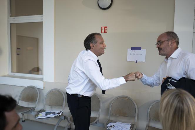 RenaudMuselier, président (Les Républicains) de région sortant, salueJean LaurentFelizia, candidat(Rassemblement écologique et social)lors du débat pour le premier tour des élections régionales, àAix-en-Provence, le 10 juin.