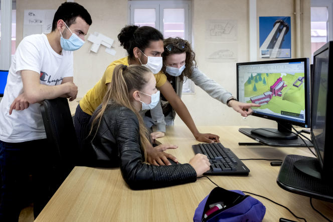 Des élèves en bac pro de «technicien d'études du bâtiment assistant en architecture» au lycée Pierre-Coton, àNéronde (Loire), le 8 juin 2021.