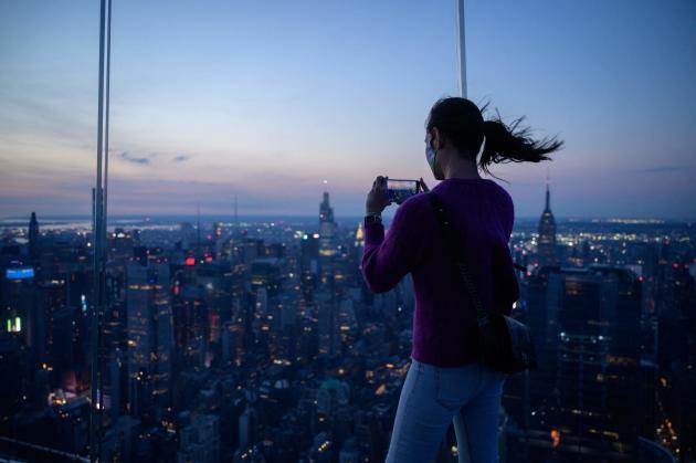 Κατά τη διάρκεια μερικής ηλιακής έκλειψης στις 10 Ιουνίου 2021 στη Νέα Υόρκη, ΗΠΑ.