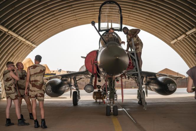Des mécaniciens de l'armée de l'air de la force «Barkhane» près d'un Mirage 2000, sur la base de Niamey, le 5 juin 2021.