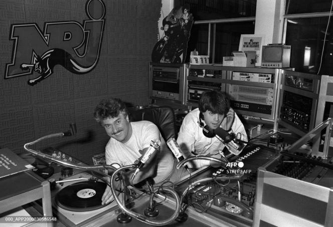 Dans le studio d'enregistrement de la radio libre NRJ, les deux principaux animateurs, Mitsou (à gauche)) et Marc Scalia, ouvrent l'antenne le 04 décembre 1984, à Paris.