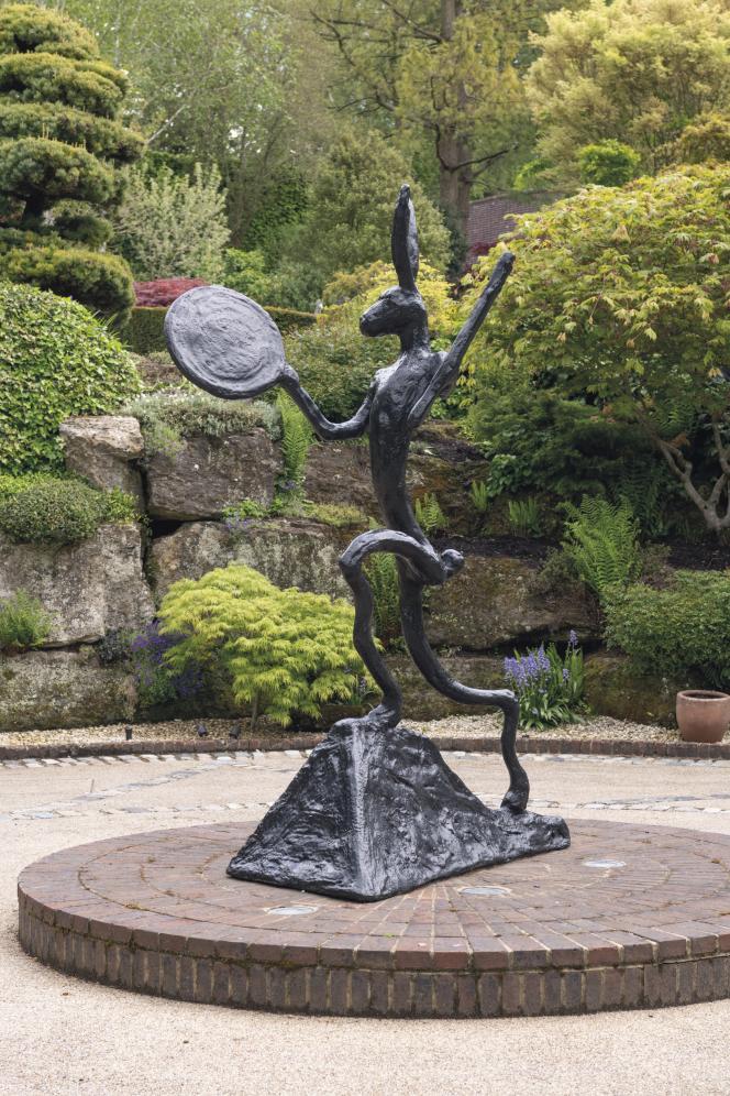 Une sculpture vaut souvent entre 40000euros et 300000euros, un prix auquel s'ajoutent des frais de transport («Left Handed Drummer», bronze de Barry Flanagan).
