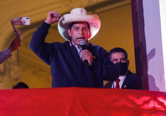 Pedro Castillo, le candidat de la gauche radicale, s'adresse du balcon du quartier général de son parti, à ses partisans, le 10 juin 2021.