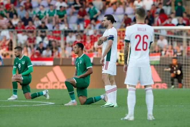 Les Irlandais s'agenouillent, avant un match amical contre la Hongrie à Budapest, le 8 juin.