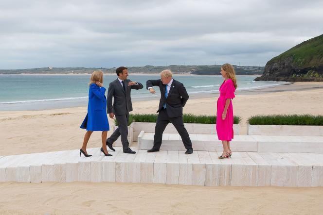 Boris et Carrie Johnson accueillent Emmanuel et Brigitte Macron pour une photographie officielle au G7 organisé à Carbis Bay, en Angleterre, vendredi 11juin2021.