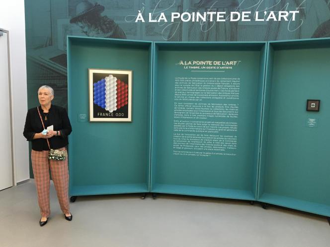 La directrice du Musée, Anne Nicolas, devant une oeuvre de Vasarely ayant inspiré un timbre paru en 1977.